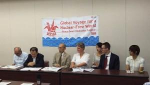 Overlevende Horie Soh  (derde van links) vertelt over de verschrikkelijke gevolgen van de kernbom